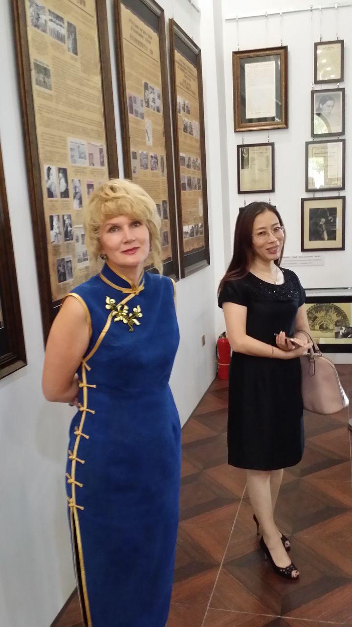 На открытии выставки рядом с профессором Харбинского педагогического университета, деканом филологического факультета и коллегой У Чжэ