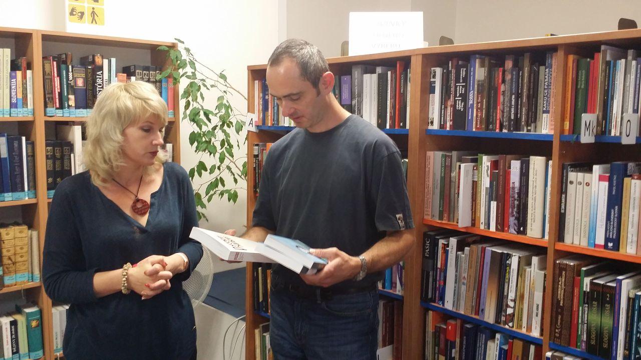 Вручение книг, посвященных истории и литературе русского Харбина, директору Славянской библиотека Национальной библиотеки Чехии