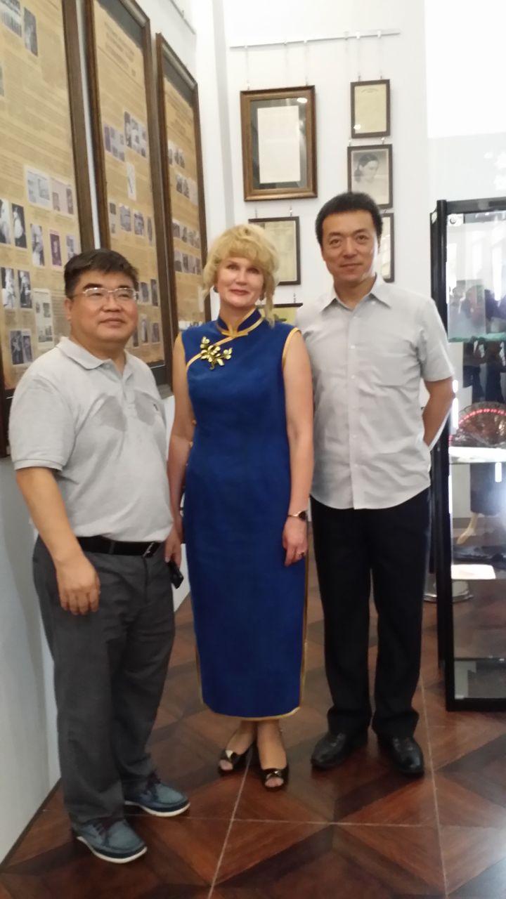 Приветствовать выставку приехал профессор университета Цинхуа Чен Лей. Справа - депутат собрания народных представителей г. Харбина Цзюй Вэй